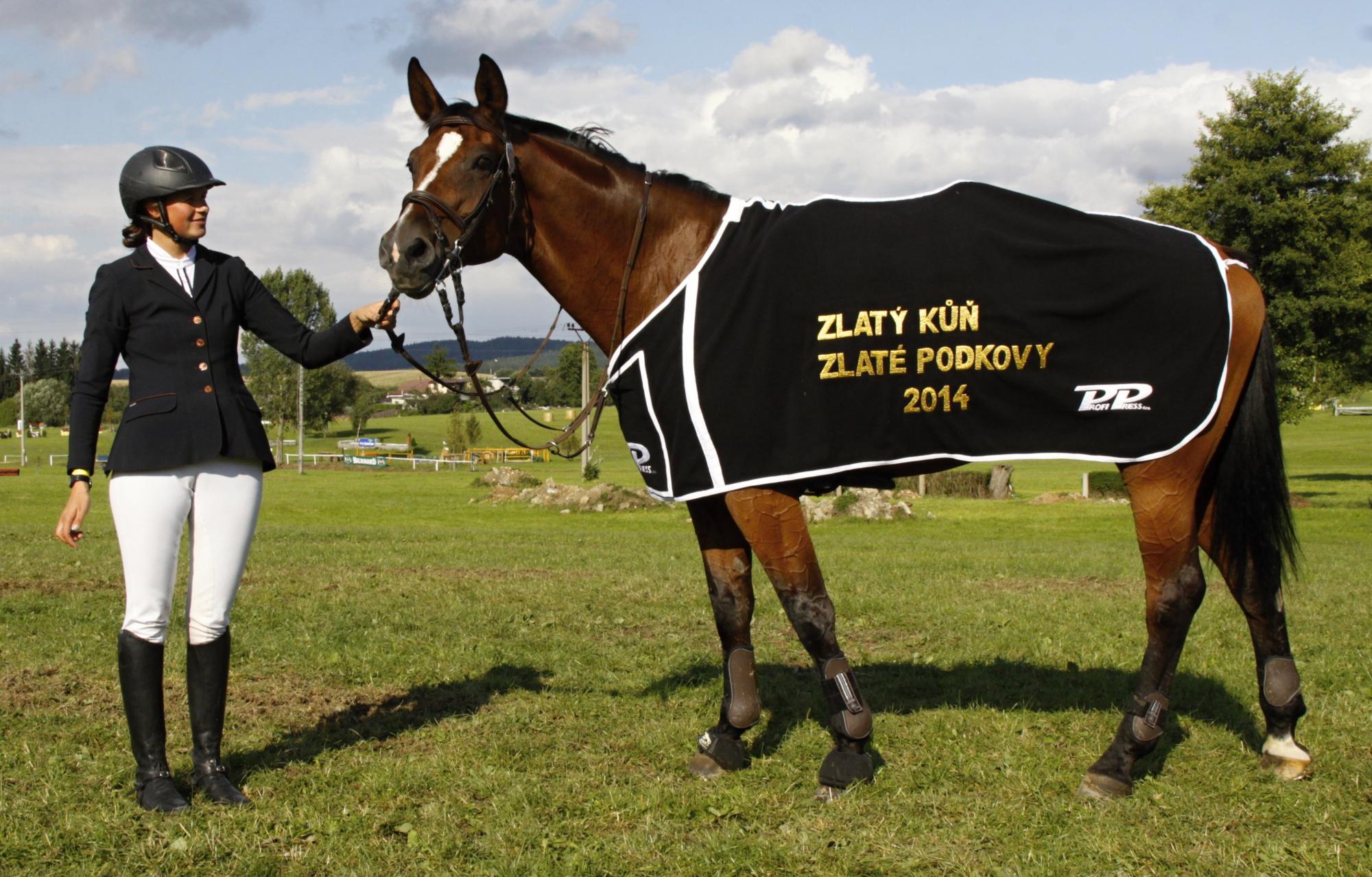 Kim-C se svou jezdkyní Karolínou Petrovou a  přehlídkovou dekou pro Zlatého koně Zlaté podkovy  Foto Jiří Bělohlav